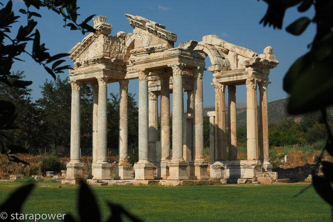 Aphrodisisas: Das Tetrapylon - ein reichhaltig verziertes Zeremonientor