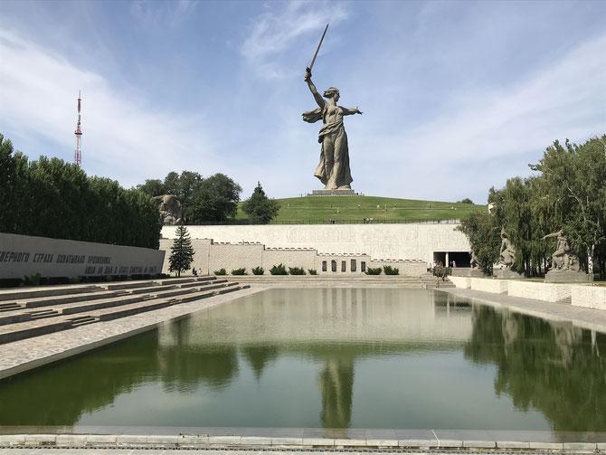 """Blick auf den Mamayew-Hügel mit der """"Mutter Heimat ruft""""-Statue"""
