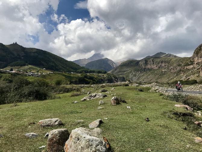 An der Zufahrtstraße zum Bergtrekk hinauf zur Dreifaltigkeitskirche Gergetis Sameba