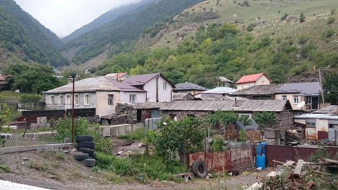 Kaukasus-Dorf vor der Grenze