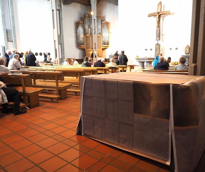 Blick ins Kircheninnere: Im Vordergrund ein Beispiel für einen Kubus mit Urnengräbern. Foto: C. Schumann, Oktober 2015.
