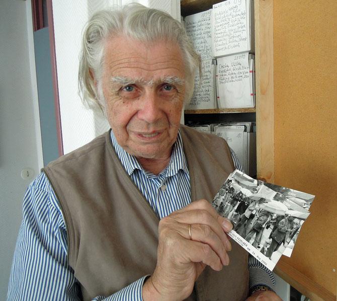 Hermann Kersten mit einem seiner Pilgerfotos aus den 1980er Jahren.         Foto: Christoph Schumann, 2014