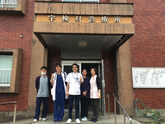 宇検村診療所でお世話になった方々と一緒に
