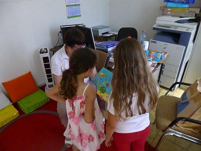 Pendant la distribution alimentaire, les enfants sont accueillis dans une petite salle équipée pour l'occasion, écoutent des histoires lues par Monique et découvrent des livres qu'ils peuvent emprunter.
