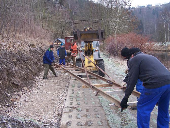1'16 : Verlängerung des Abstellgleises am Endpunkt Ziegelhütte mit Hilfe der Gemeinde