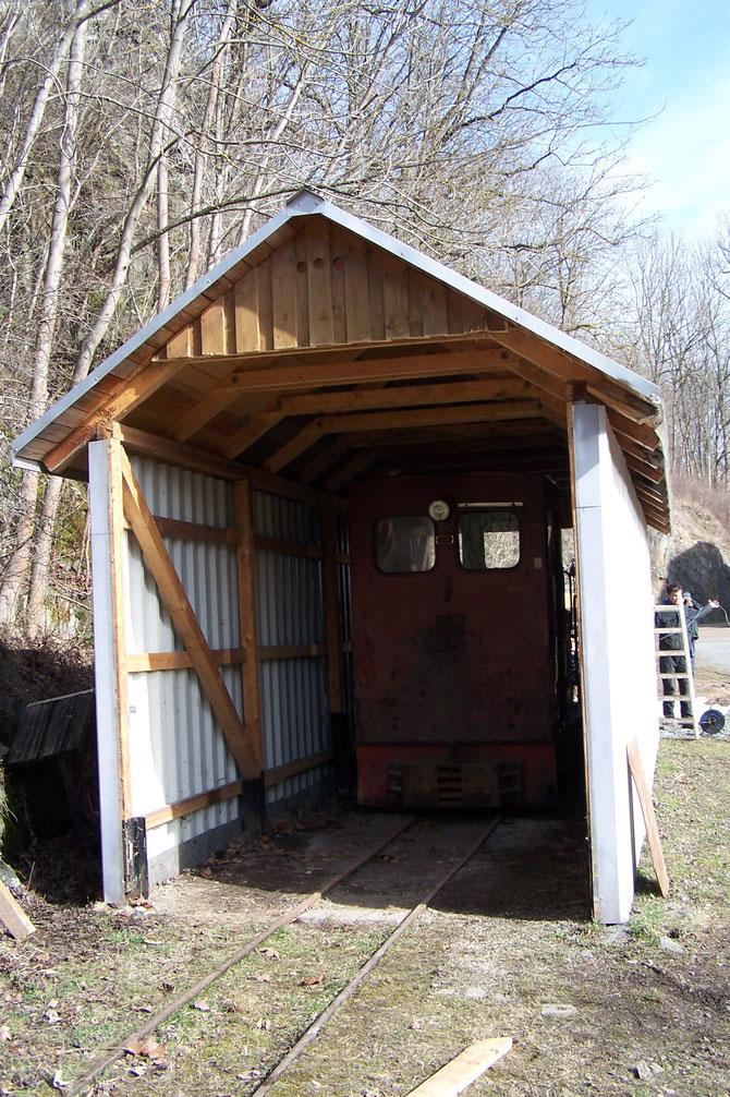 3'17  Der Blechschuppen konnte erworben werden und ist jetzt als Durchfahrt nutzbar.