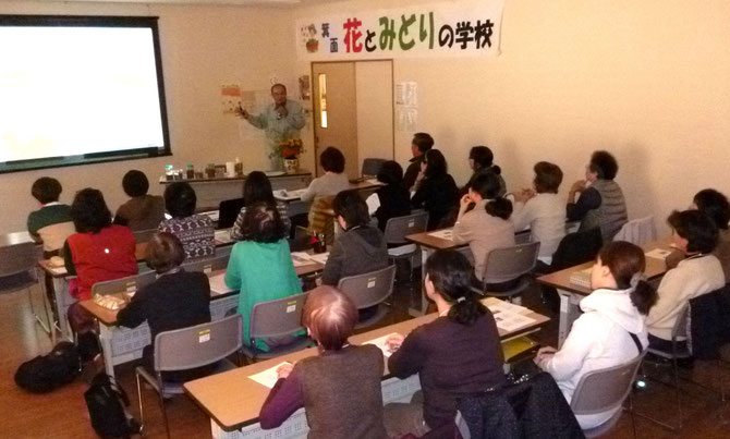 第3日目の講義を熱心に聞く生徒さん。女性が大半・・(みのお市民活動センター)