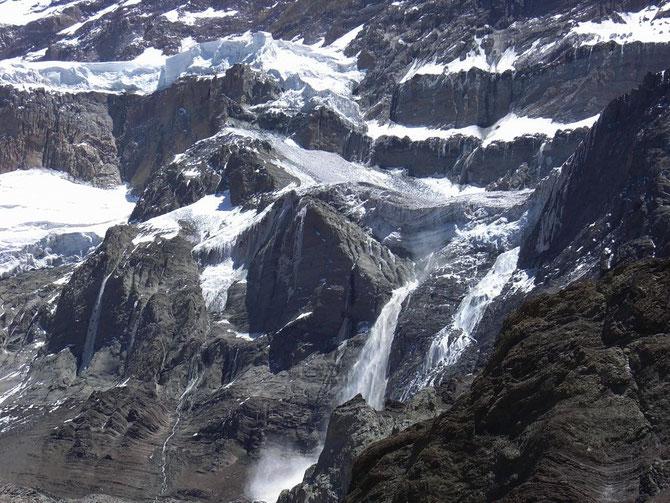 Südwand des Aconcagua mit Eis- und Wasserfällen