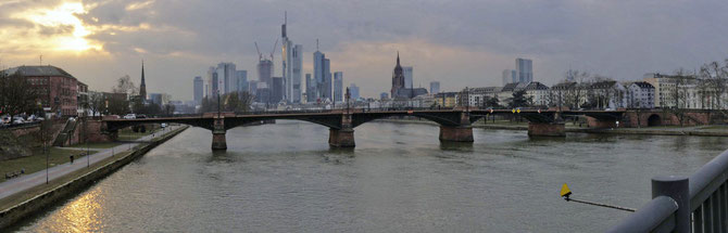 Ignatz Bubis Brücke (früher Obermainbrücke), Frankfurt, Länge 183,75 m, Foto 27.03.2013