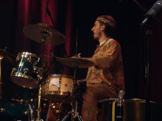 Schlagzeuger der Schäl Sick Brass Band in den Kammerspielen in Ansbach