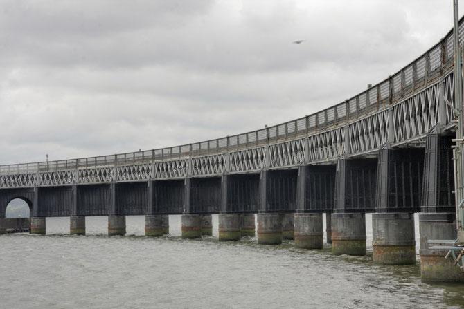 """Die Brücke am Tay, eher häßlich als schön -- aber sagenumwoben, hier musst du die Ballade von Fontane lesen""""Die Brücke am Tay""""."""