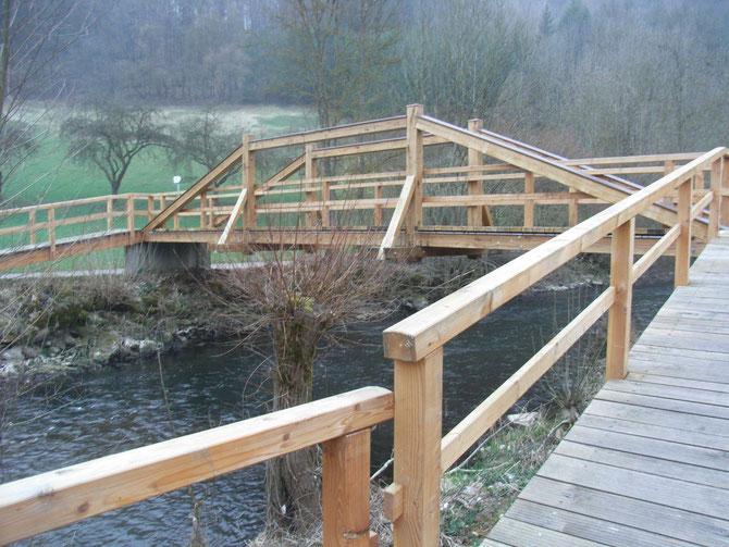 Holzbrücke im Taubertal, die Tragkonstuktion wurde in den Geländern untergebracht, vorbildlicher konstruktiver Holzschutz