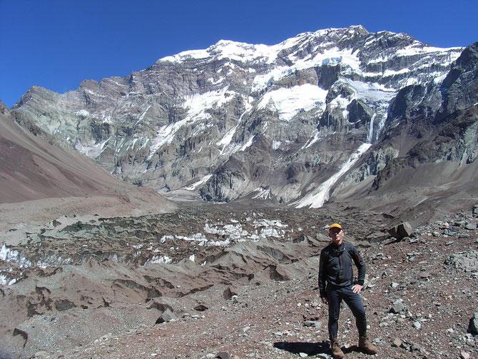 Von Lager Confluenca aus habe ich mehrere Akklimatisationstouren unternommen, auch nach Placa Francia 4.000 m, hier vor der 2.500 m hohen Südwand des Aconcagua ,06.01.2008