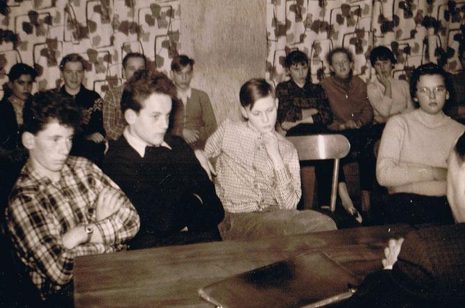 """Mit """"großem Interesse"""" verfolgen wir den Vortrag in der Jugendherberge in Litfeld 1959, der Aufenthalt dort stand unter dem Motto""""Zu Golde ward die Welt"""" im Herbst im Sauerland"""