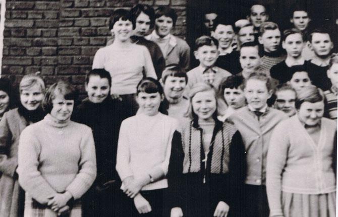 Klassenfoto zur Einweihung der Schulglocke, die in Sinn gegossen wurde. Beim Glockenguss durften wir anwesend sein und ich habe den Glockenguß zu Bresslau vorgetragen
