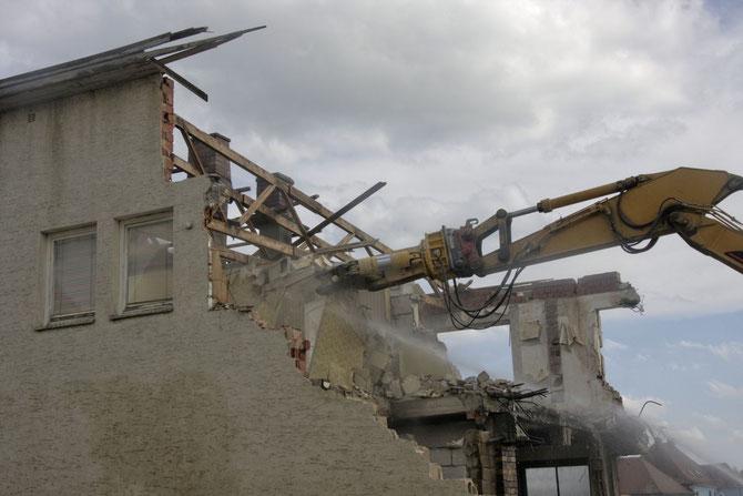 Hier wird erbarbungslos zugezwickt, beim Gebäudeabbruch in der Brauhausstraße am 14.05.2013 um 15:40 Uhr