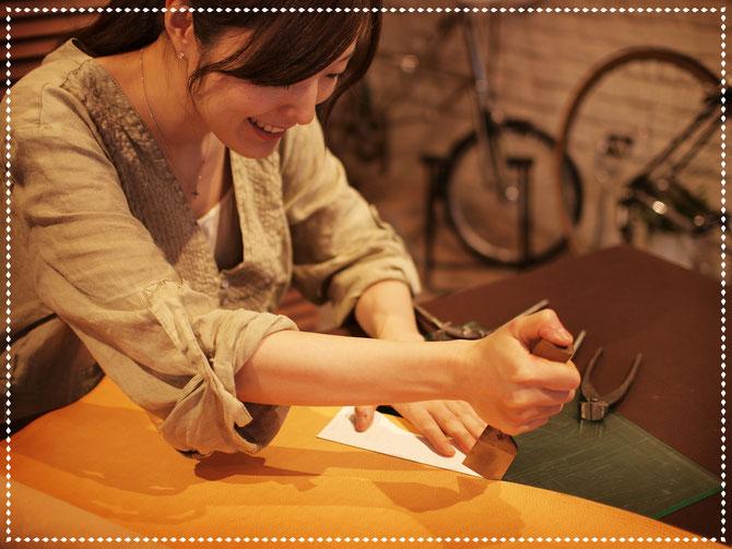 東京・横浜・大阪にあるレザークラフト(革)教室ヨコハマセリエ 生徒さんの革カット