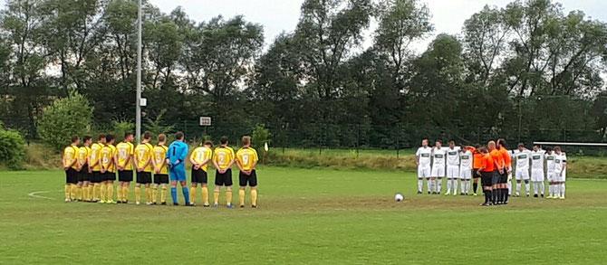 Mit einer Gedenkminute für Gotthard vor dem Spiel gegen den SV Mardorf. Zu seinen Ehren wurden beide Spiele mit Trauerflor bestritten. An dieser Stelle noch einmal Danke an Reinhard Ried und den TSV Speckswinkel, die den Tausch des Spieltags ermöglichten.