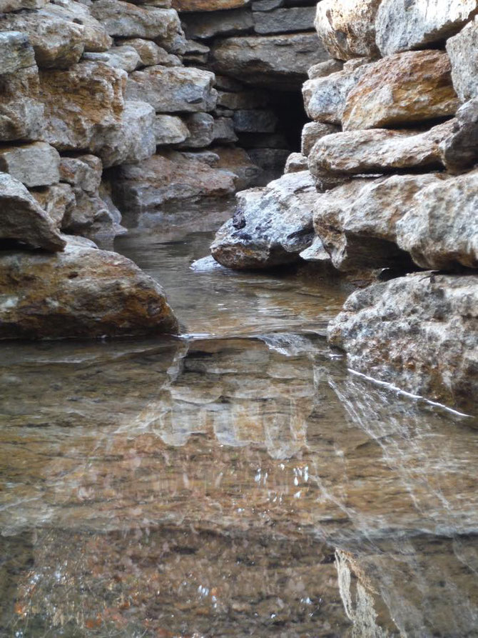 Mini canyon - the Forest Marble stone is ideal for flowing water