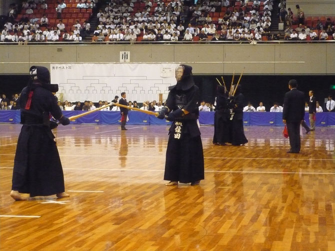甲南中学校・高等学校出身の住田将一 選手(神戸大学3年)は、初戦で国際武道大学の選手に惜敗するも、同校出身者としての本大会出場は、昭和60年(1985年)第33回大会に出場の奥智雄 先輩(S61年卒)以来、実に34年ぶりの快挙である。
