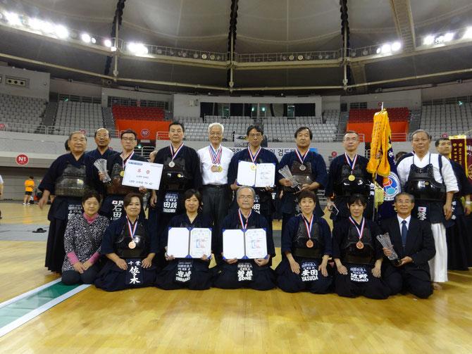 今大会に出場し、優秀な成績を修めた国際社会人剣道クラブのメンバー