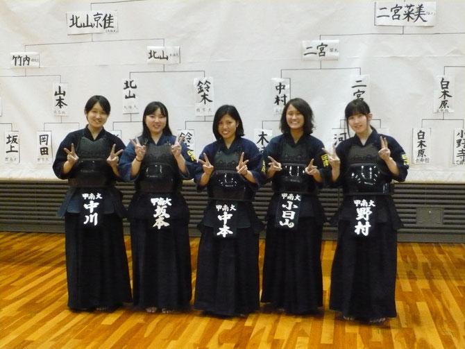 全日本大会出場を果たした中本選手を中心に、今大会出場の女子メンバー。