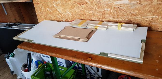 Grundplatte mit Fräsungen für die Stecker