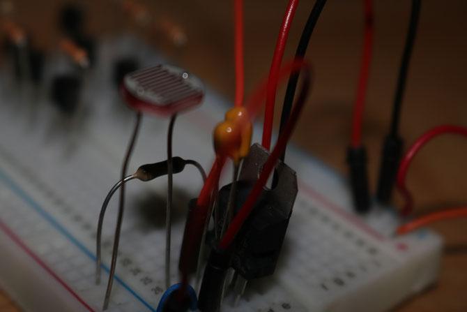 Der Spannungsregler L7805cv mit den beiden Kondensatoren