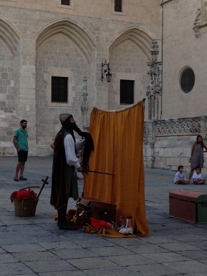 Mío Cid seguidor de El Espejo Negro mesándose la luenga barba en la plaza que hay delante de la catedral.