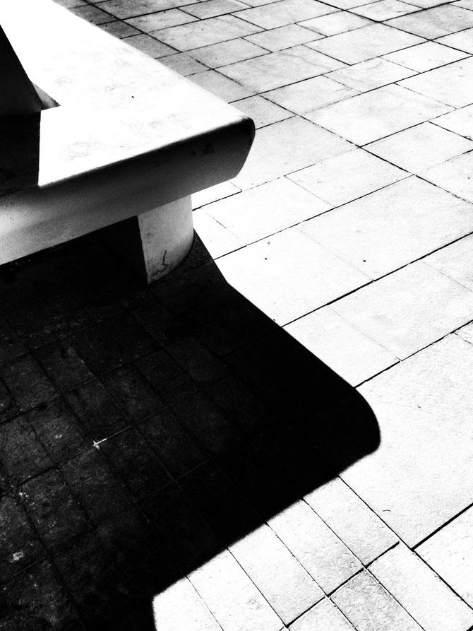 Banco al sol en una plaza nueva, abstracta casi y muy bien soleada, sobre el aparcamiento de Atarazanas.