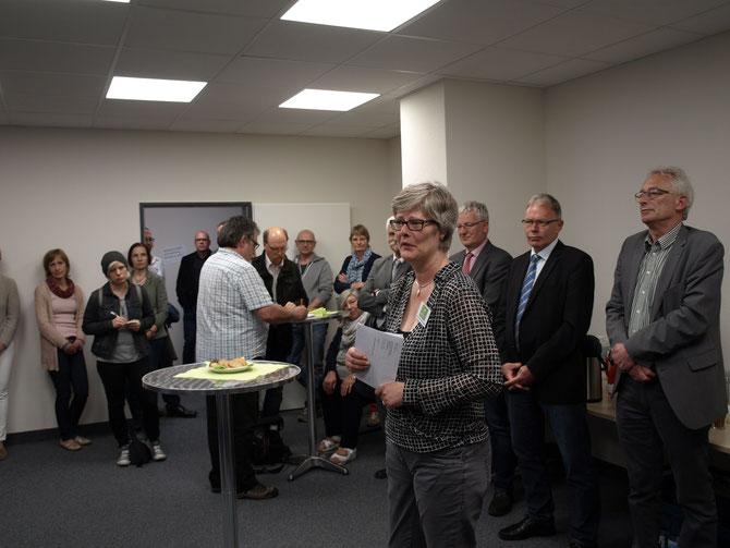 Hannelore Hunter-Rossmann (vorne) freut sich gemeinsam mit Axel Jahnz (rechts) und Carsten Harings (2. v. rechts) über die gute Kooperation im Beratungszentrum am Huntewehr (Mühlendamm 1 in Wildeshausen).
