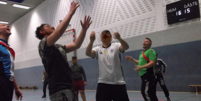 Viel Spaß hatten die Teilnehmer aus den Werkstattgruppen und das Brücke-Team beim Basketball