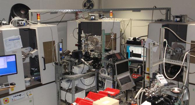 3台のX線解説装置   左から   1:CuKα-平行ビーム光学系   2:MoKα-モノクロ   3:各種管球(Cr,Cu,Mo,Ag)