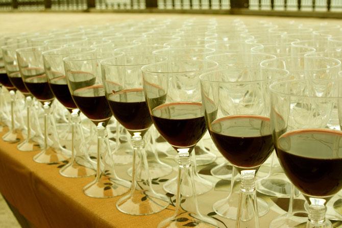 バーベキュー会場 グラスに注いだ赤ワイン