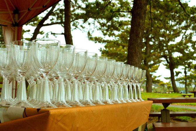 バーベキュー会場 きれいに並べたグラス