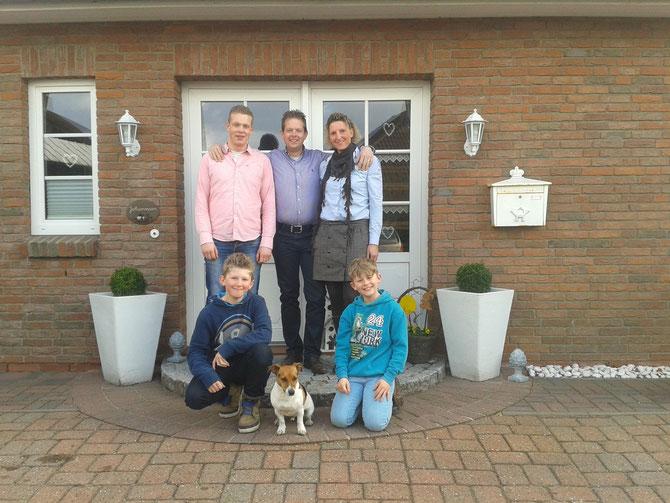 Das Team: Hendrik, Thomas und Tina mit Lennik, Bennet und unserem Jacki Töre
