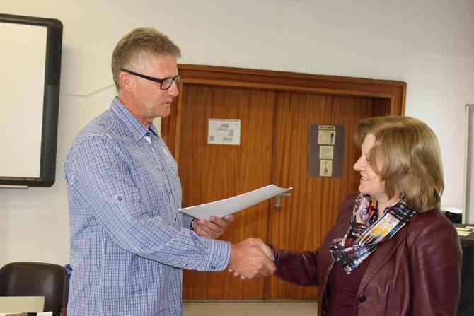 Hiltrud Lenz erhält die Urkunde zum Dienstjubiläum aus den Händen von Schulleiter Heiko Bickel