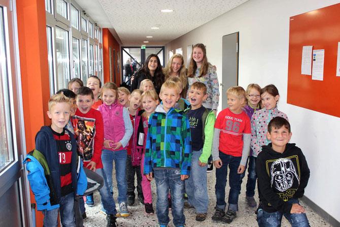 Meltem Kizilhan, Mirja Berth und Mina Aßmann führten durch die Goldbachschule. (Foto: Johann Eisfeld)