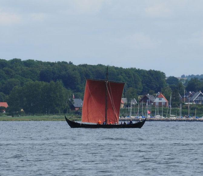 Wikingerschiff am Ausgang des Svendborgsunds