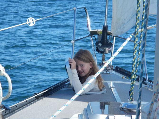 Chiara hält Ausschau durch die Vorschiffsluke