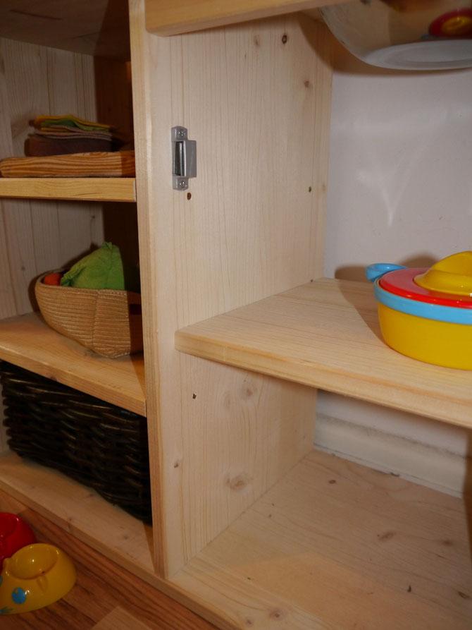 Einlegeboden 2 cm in der Tiefe kürzen (28 cm statt 30 cm). Der Magnetschnapper ist ebenfalls etwas nach hinten versetzt, da die Tür versenkt angebracht ist.