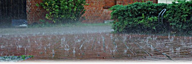Kräftiger Platzregen mit kurzeitigen Überflutungen | Bildquelle: Welt der Synoptik