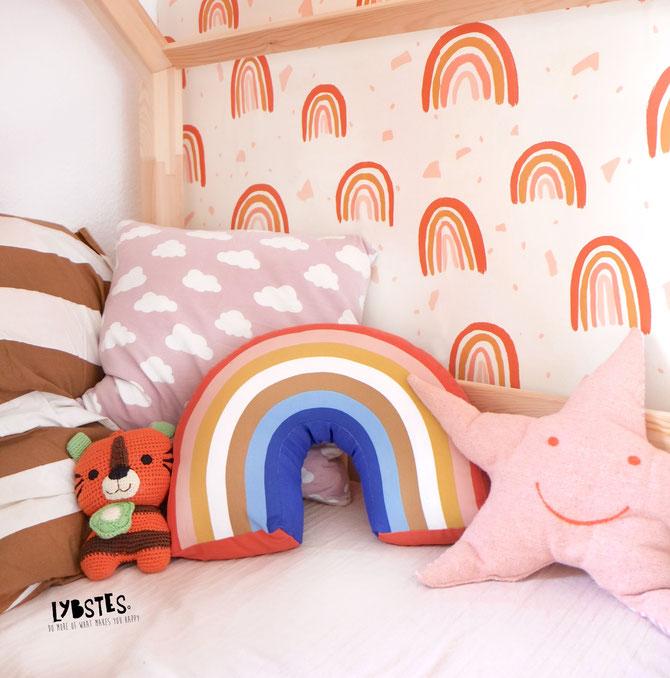 Lybstes Haus: Interiordesign Kinderzimmer im Bohostil einrichten mit Regenbogentapete
