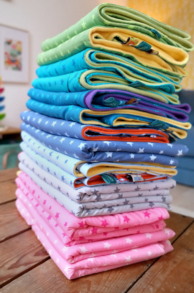Lybstes: Babydecken in Regenbogenfarben, Babydecke mit Fleece und Sternen in Rosa, Petrol, Blau und Grau