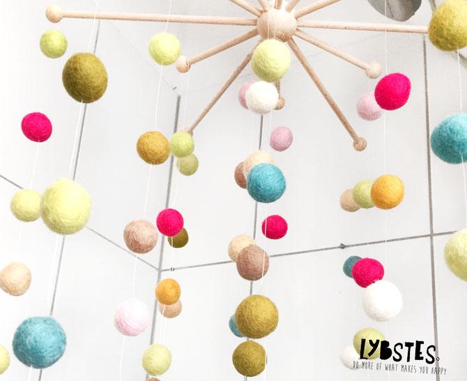 Lybstes Anleitung: Ein Baby-Mobile aus Filzkugeln basteln, Geburtsgeschenk, für die Wickelecke