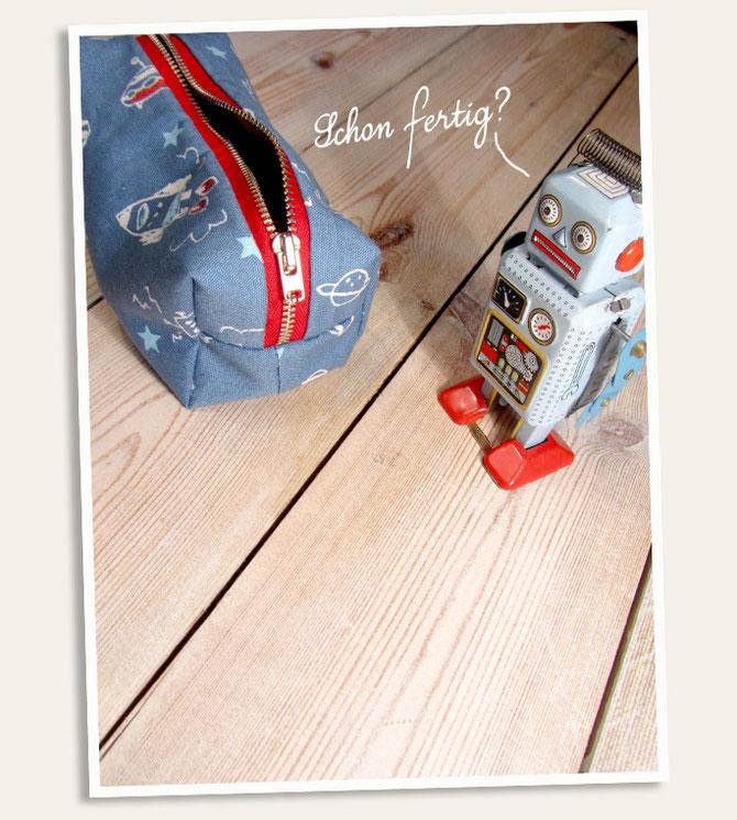 Schminktasche mit Polka Dots und Roboter Print