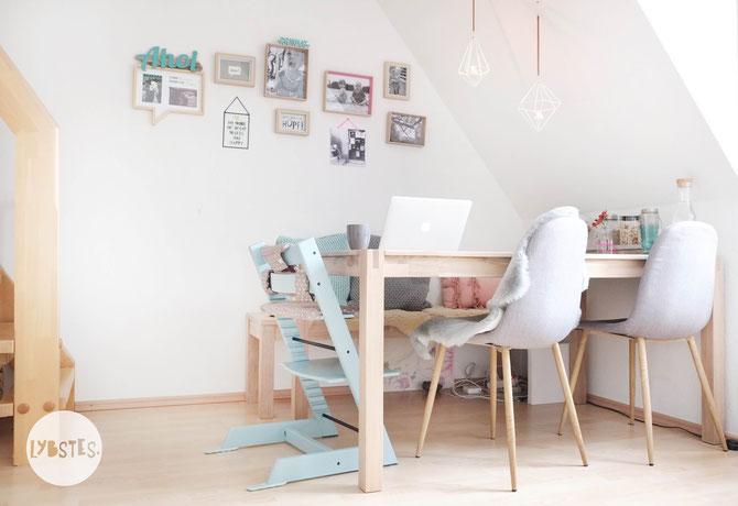 Lybstes. Interior: Wohnungseinrichtung Esszimmer mit Schräge, Essecke grau, beige, türkis und altrosa