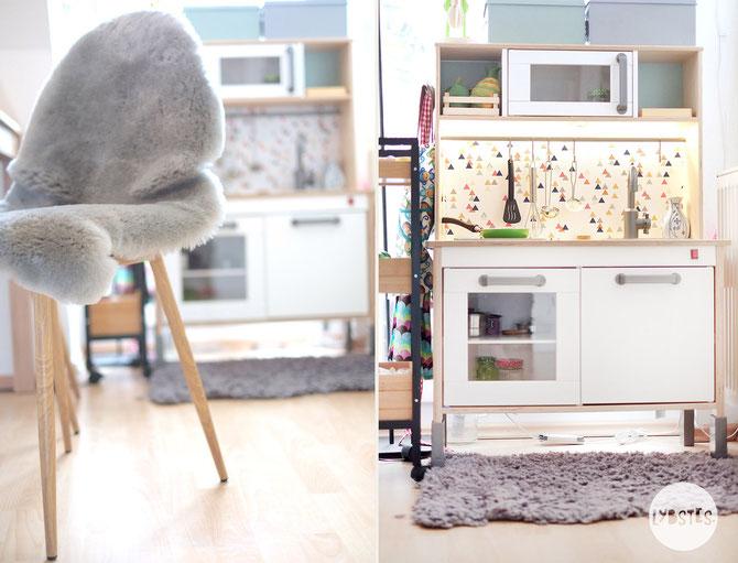 Lybstes. Interior: Wohnungseinrichtung Esszimmer mit Schräge, Essecke mit Kinder-Spielküche von Ikea