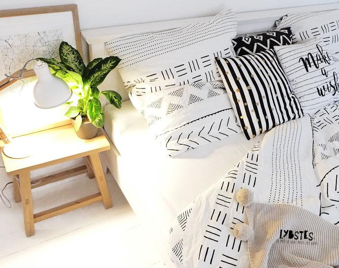 Interioerdesign - Lybstes Gästezimmer ganz in weiß: hyggeliges Cosyhome mit Blumenampeln und Dekoleiter