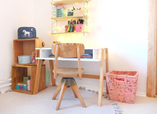 Lybstes. Haus: Inneneinrichtung Mädchenzimmer in Rosa und Mint mit Bastelecke, Kinderschreibtisch